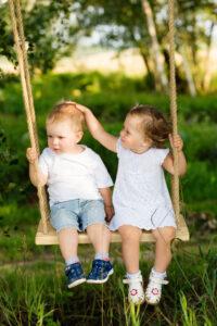 Børn på babygynge i træ