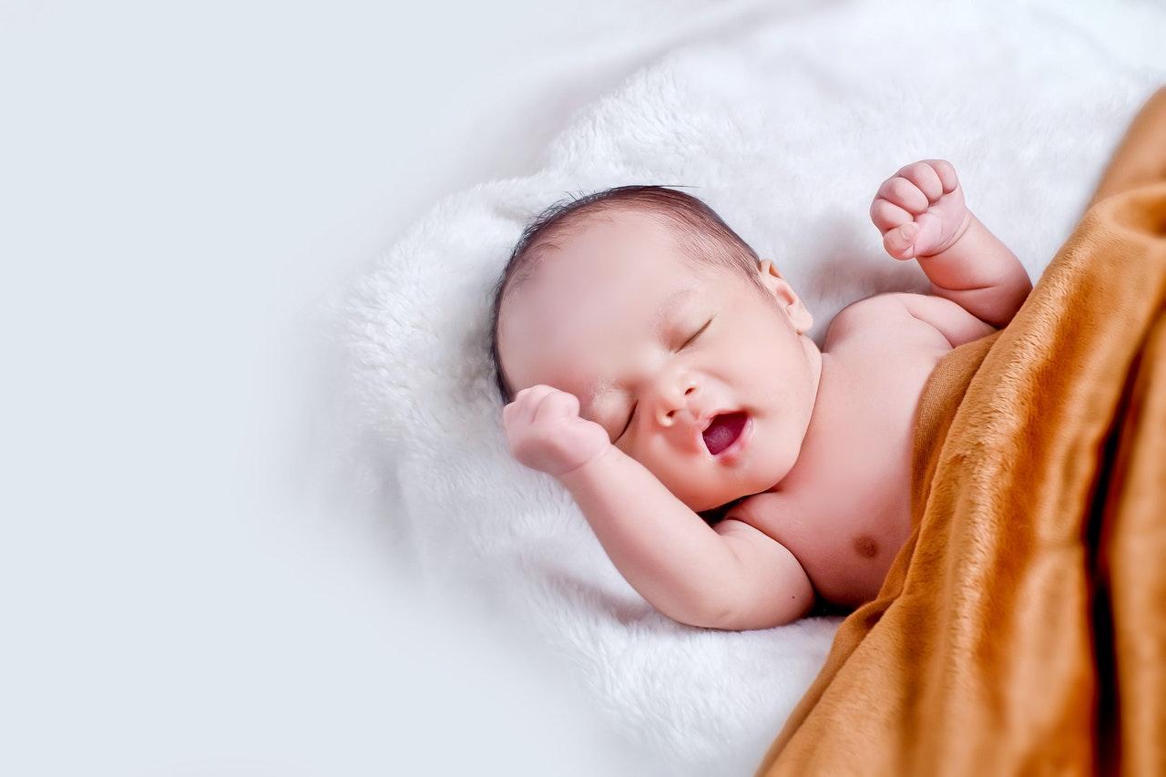 Rejseseng med baby der sover