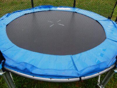 blå trampolin med sikkerhedsnet