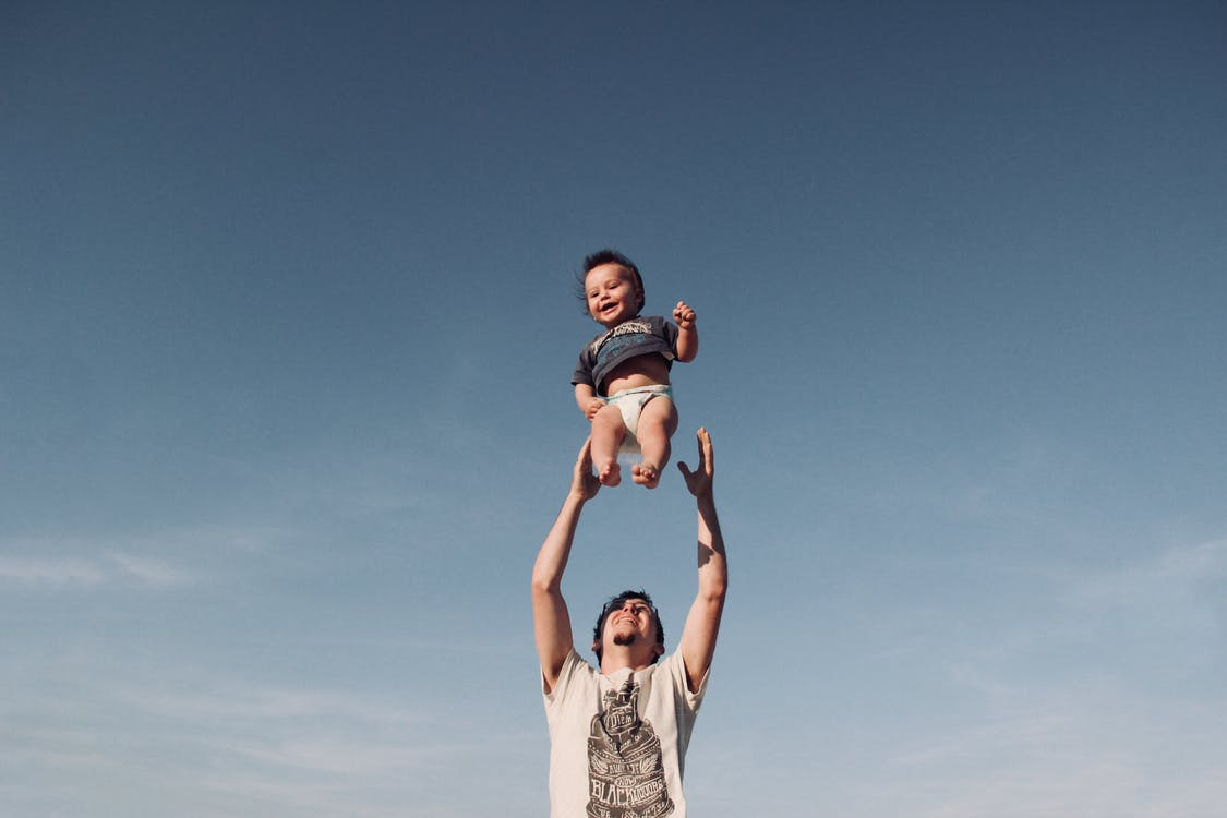 Mand leger med baby